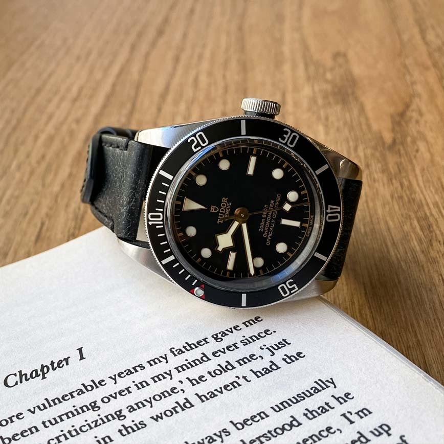 Montre homme Tudor Black Bay bracelet cuir vieilli - Corse, Paris